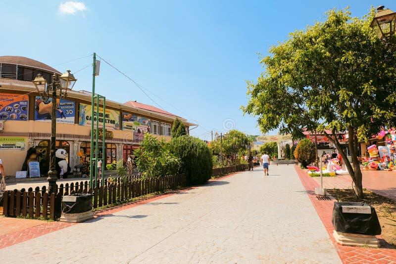 中央大道- Paralia 导致的步行街道 免版税库存图片