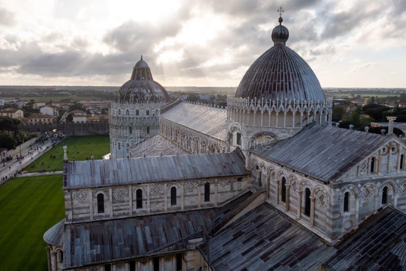 中央寺院和洗礼池在奇迹广场,比萨,托斯卡纳,意大利 库存图片