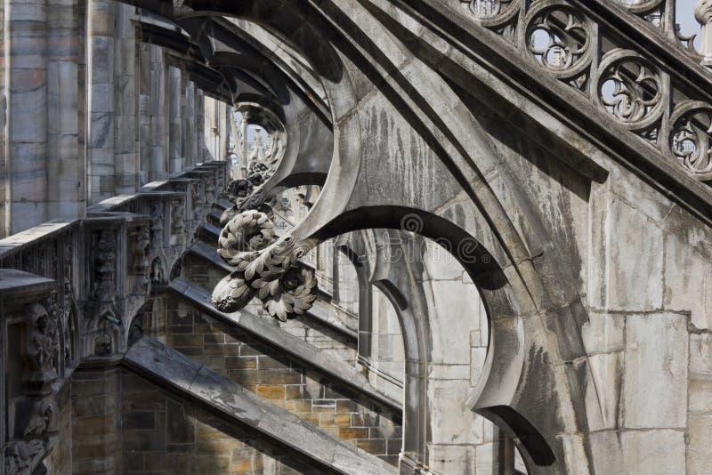 中央寺院大教堂在米兰,顶房顶建筑细节 免版税库存图片