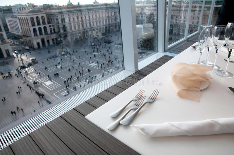 中央寺院意大利米兰广场餐馆视图 免版税库存图片