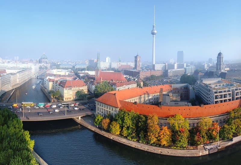 中央柏林鸟瞰图在一个有薄雾的早晨 库存照片