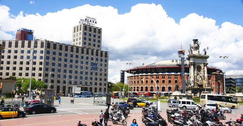 中央的雕刻的小组圆形建筑西班牙的正方形 库存图片