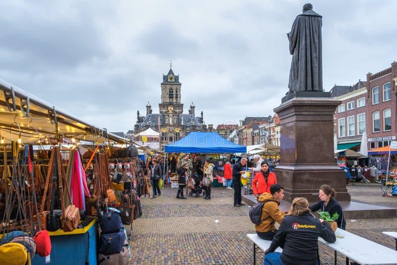 中央集市广场的市场顾客在德尔福特,荷兰的中心 库存图片