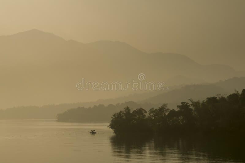 中央令人愉快的湖月亮山正确地安置放松其它星期日台湾 免版税库存图片