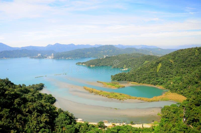 中央令人愉快的湖月亮山正确地安置放松其它星期日台湾 库存图片