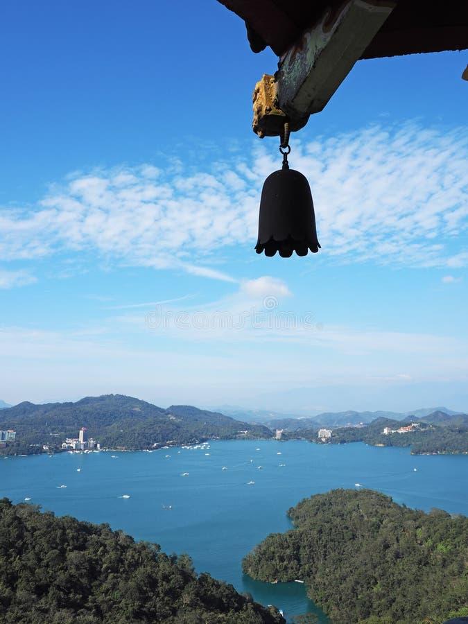 中央令人愉快的湖月亮山正确地安置放松其它星期日台湾 免版税库存照片