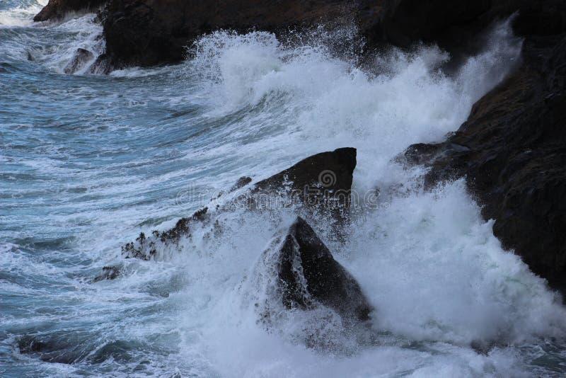 击中岩石的佛罗伦萨俄勒冈粗砺的海浪 免版税图库摄影