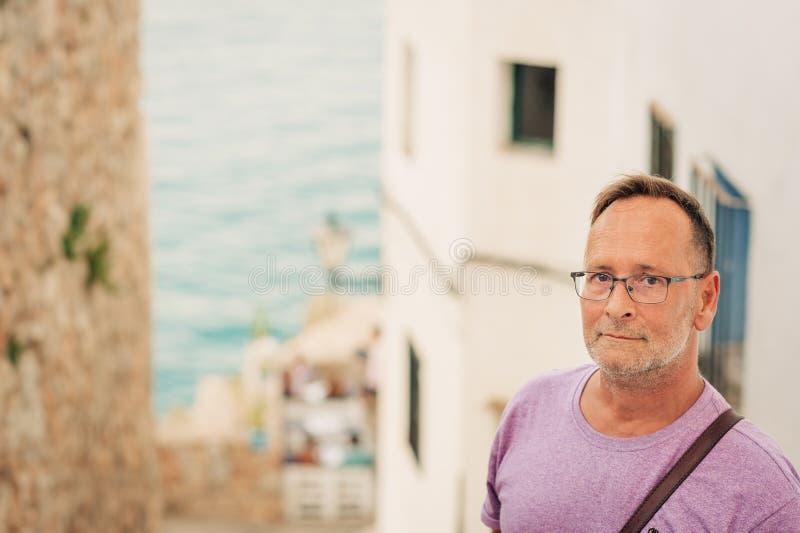 中年人在度假由海的暑假 免版税图库摄影