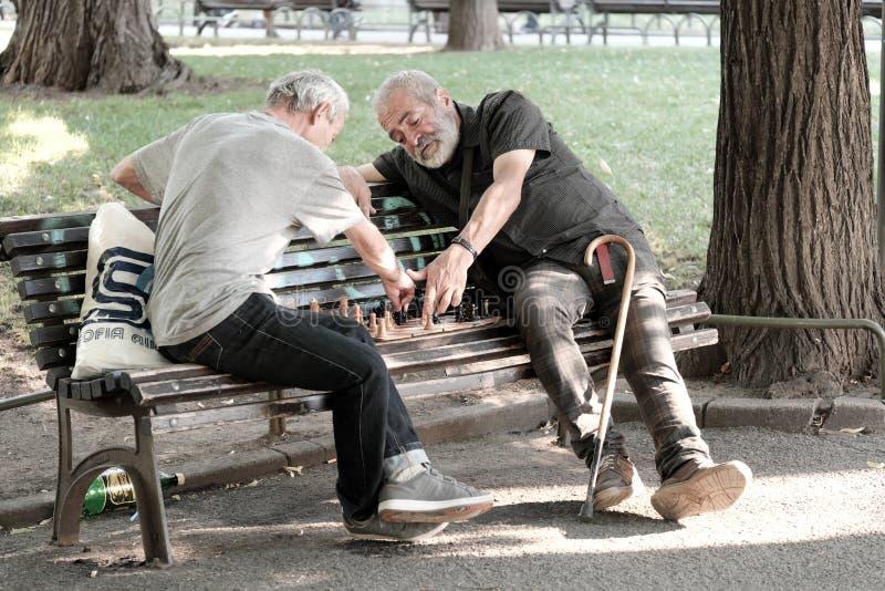 中年人在索非亚,保加利亚下棋 免版税库存照片