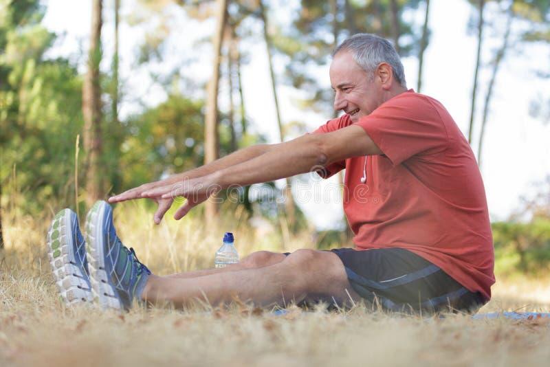 中年人锻炼在公园 免版税库存图片