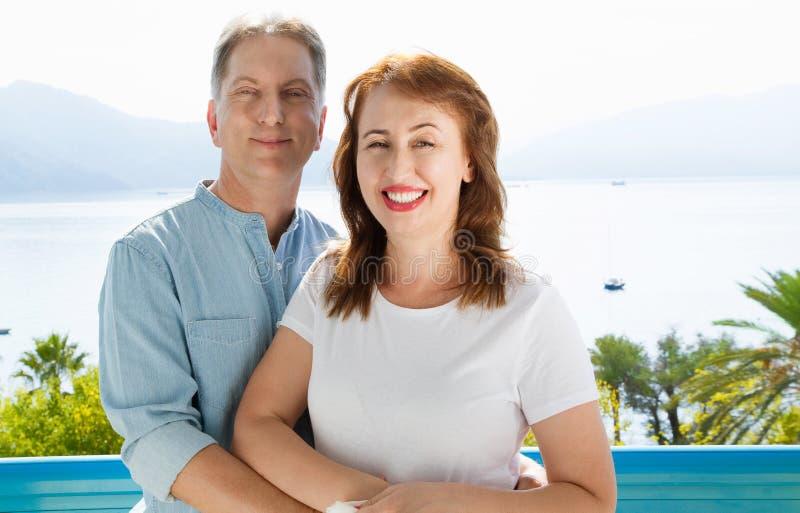 中年在度假村的家庭夫妇海背景的 夏天对热带海滩的人旅行 夏令时休闲 免版税库存图片