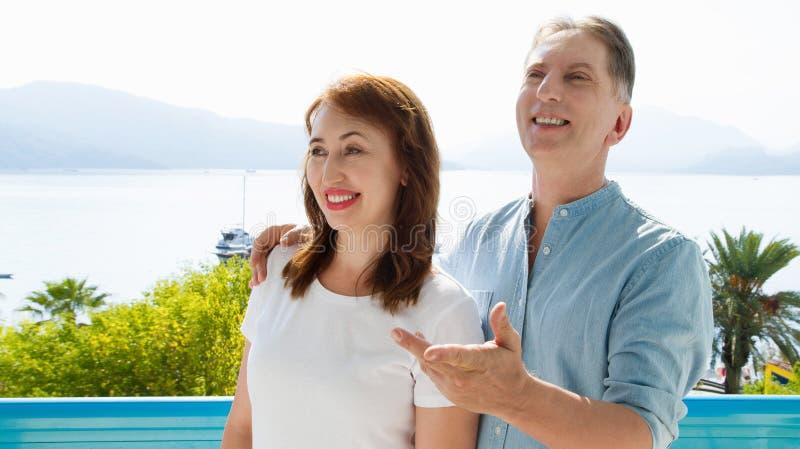中年在度假村的家庭夫妇海背景的 夏天对热带海滩的人旅行 夏令时休闲 免版税图库摄影