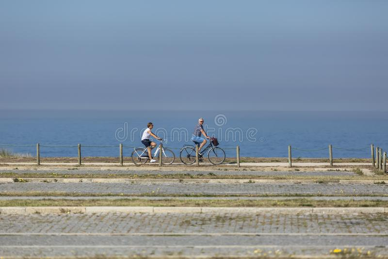 中年夫妇看法,循环在eco步行者/自行车道路,在海附近,和,Leca da Palmeira 图库摄影