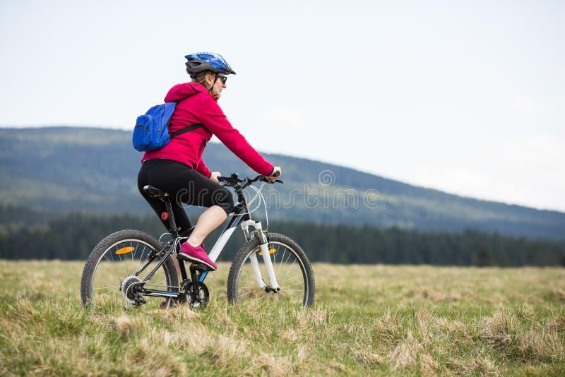 中年妇女循环 免版税库存照片