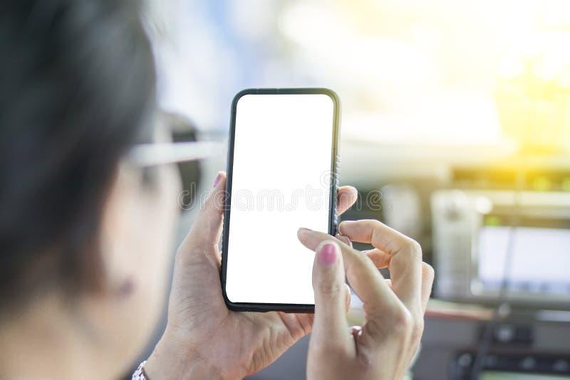 中年妇女戴的太阳镜用手拿着手机 图库摄影