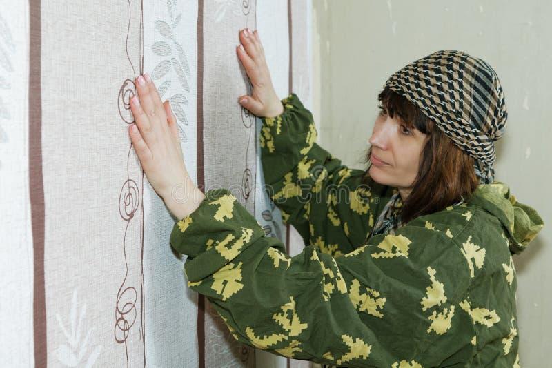 中年妇女胶合墙纸 免版税库存照片