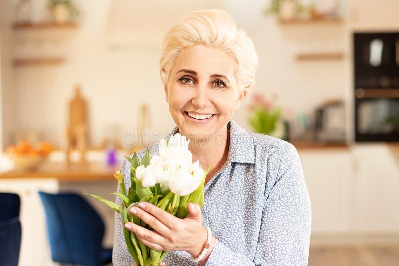 中年妇女郁金香藏品花束  库存照片