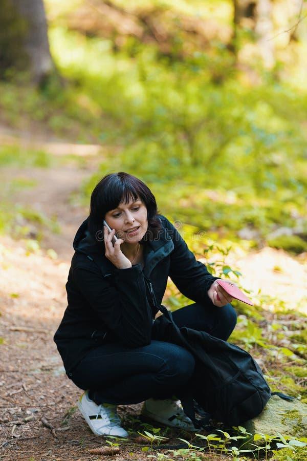 中年妇女,远足的旅行 免版税图库摄影