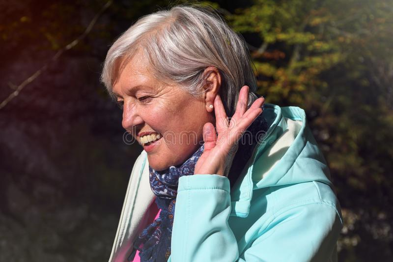 中年的成熟妇女与精密灰色头发室外在自然画象 库存照片