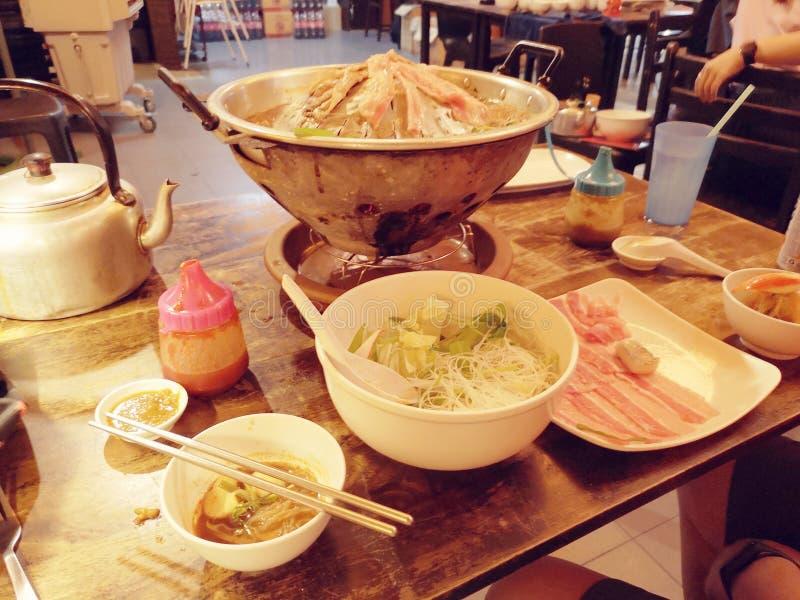 中式餐厅中不同食材的蒸汽锅 免版税库存图片