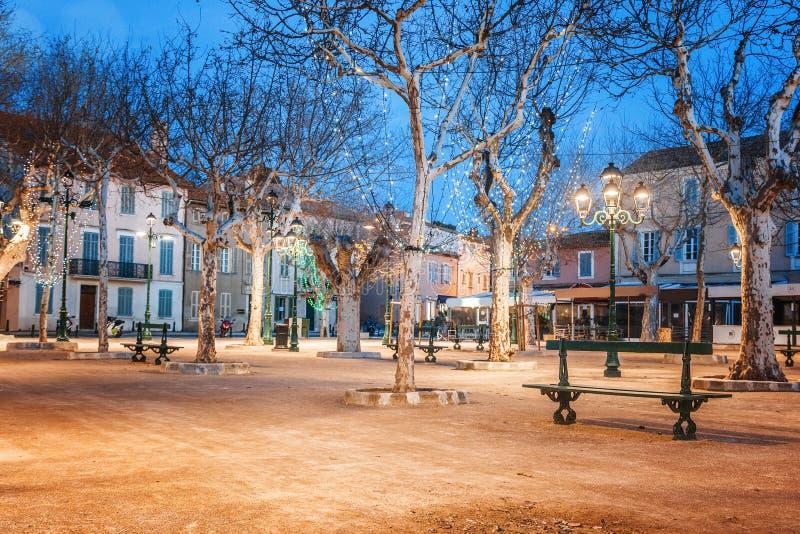 中心广场在圣特罗佩、法国、城市光和夜il 免版税库存图片