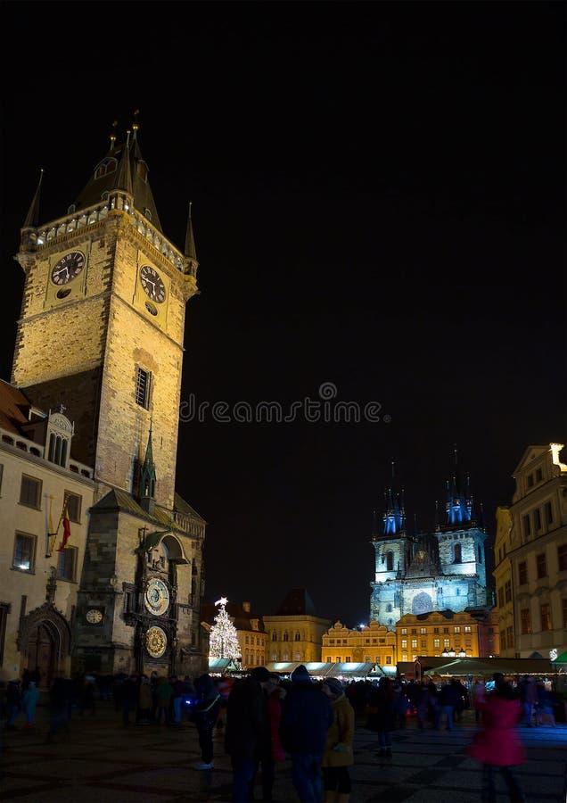 中心广场在布拉格在晚上 澳洲市时钟大厅找出珀斯西部塔的城镇 圣玛丽大教堂  库存照片