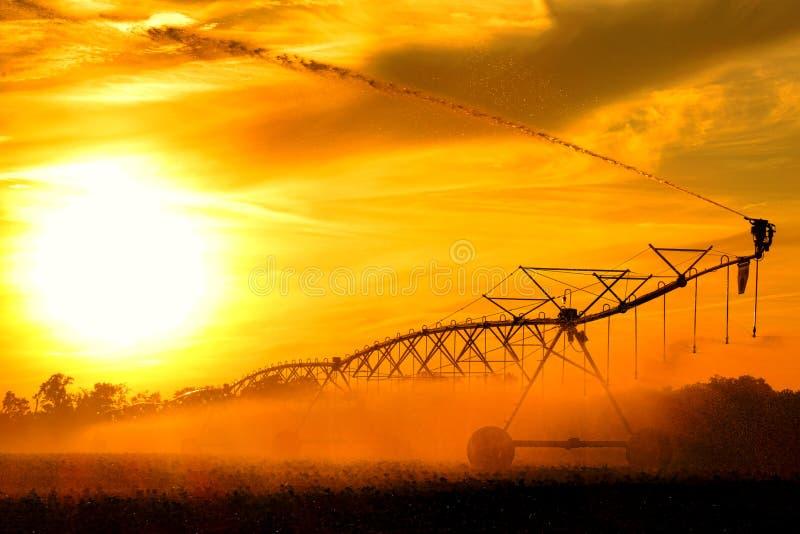 中心枢轴灌溉水车水喷水隆头 库存照片
