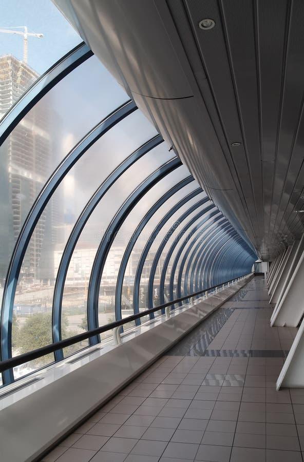 中心走廊玻璃现代办公室 免版税库存图片