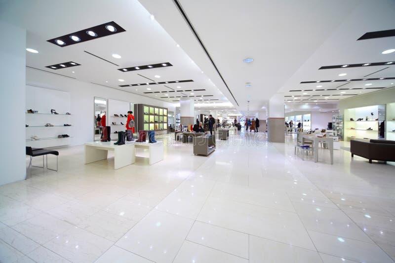 中心销售额鞋子购物 免版税库存图片