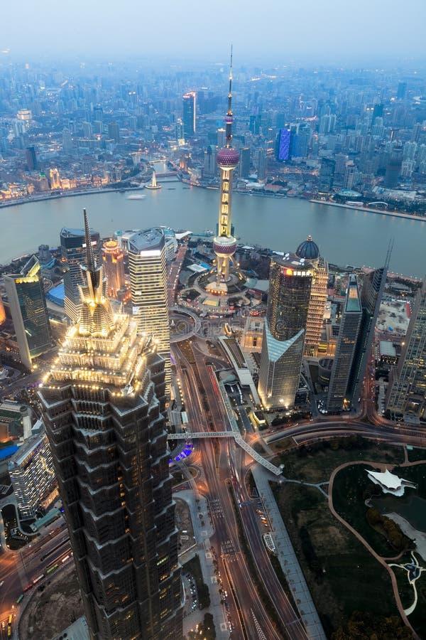 中心黄昏财务俯视的上海 免版税图库摄影