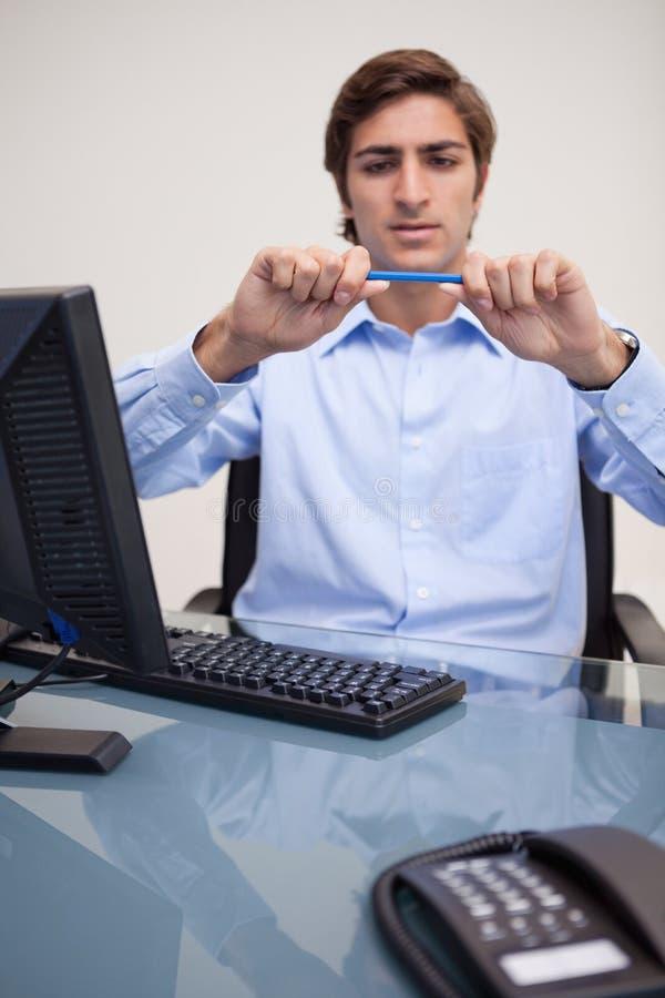 Download 中断他的铅笔的生意人 库存照片. 图片 包括有 计算机, 破坏, 关键董事会, 白种人, 服务台, 使徒 - 22350034