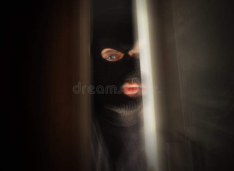 中断在之家里的可怕夜贼 库存图片