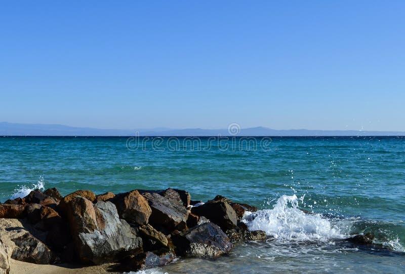 中断在岩石的通知 Kassandra, Halkidiki,希腊 免版税库存照片