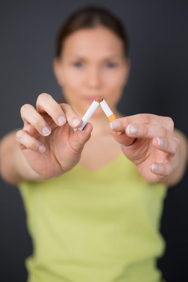 中断香烟妇女年轻人 图库摄影