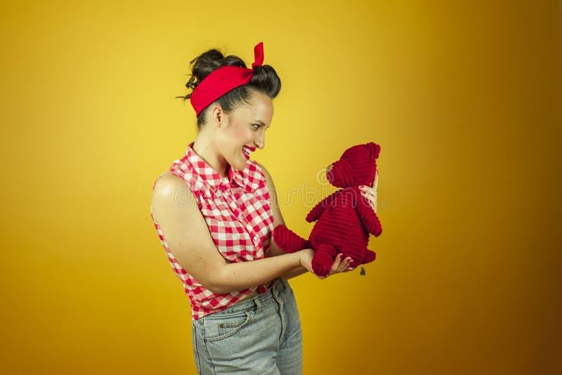 中景画象美丽的别针与逗人喜爱的红色玩具熊 库存照片