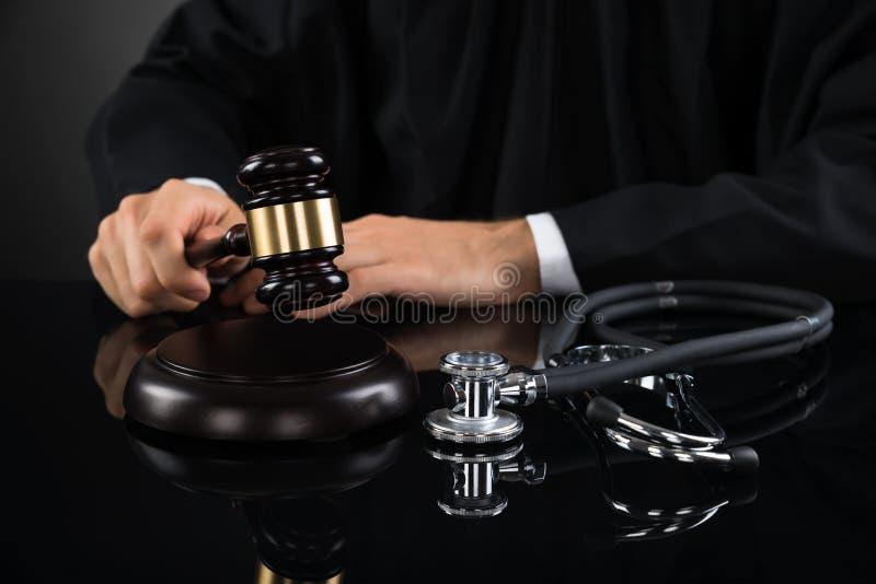 击中有听诊器的法官特写镜头惊堂木 免版税库存照片
