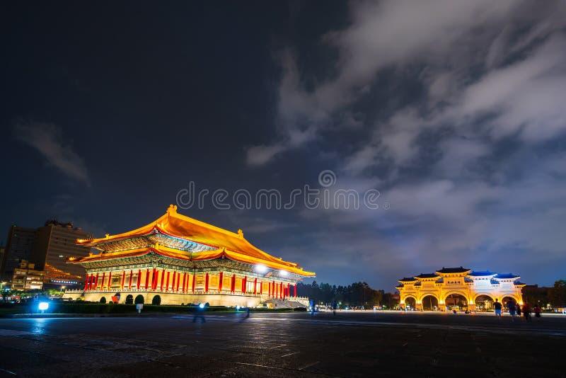 中正纪念堂国家戏院霍尔和自由广场主闸在晚上在台北,台湾 免版税库存照片