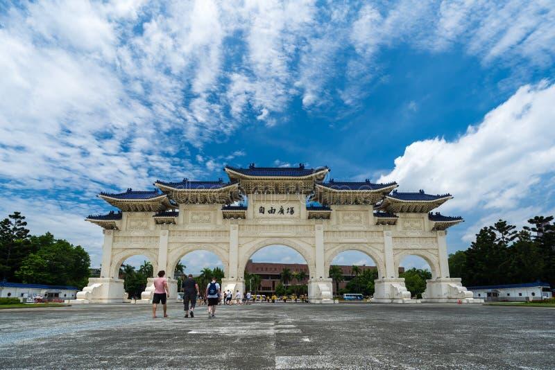中正纪念堂自由广场主闸在台北,台湾 与游人普遍的旅行的著名地标  库存照片