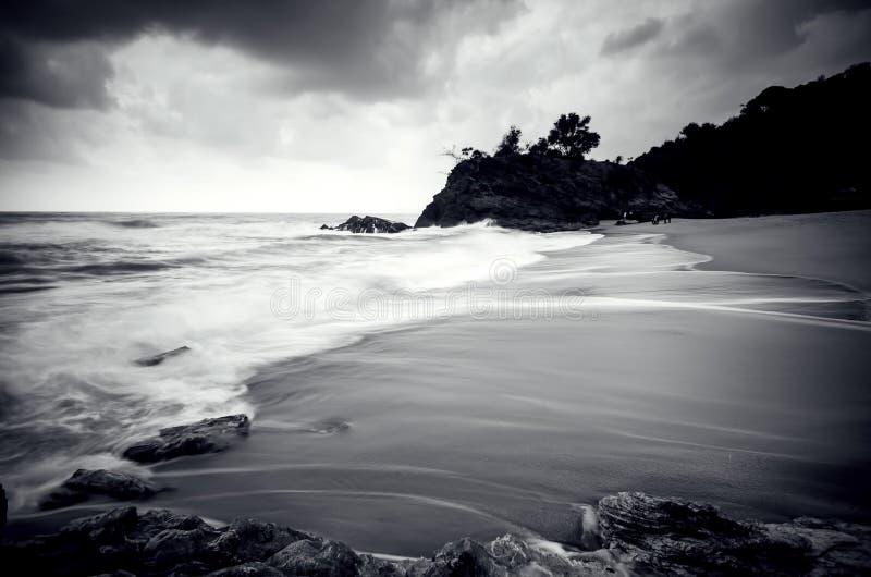 击中沙滩的黑白惊人的白色波浪流程 图库摄影