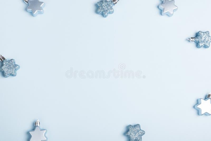 中看不中用的物品蓝色圣诞节构成玻璃 与丝带的Xmas蓝色装饰假日球在蓝色背景 库存照片