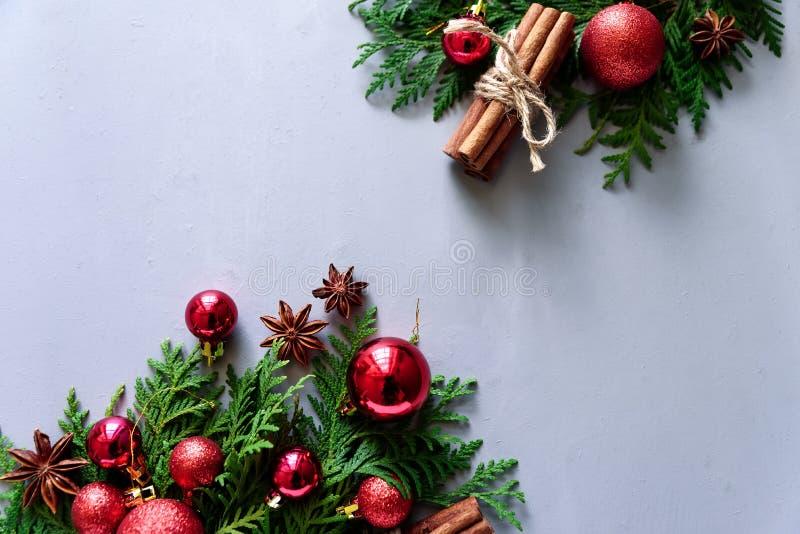 中看不中用的物品蓝色圣诞节构成玻璃 圣诞节杉树分支、球、肉桂条和茴香星在灰色木背景 平的位置 E 免版税图库摄影