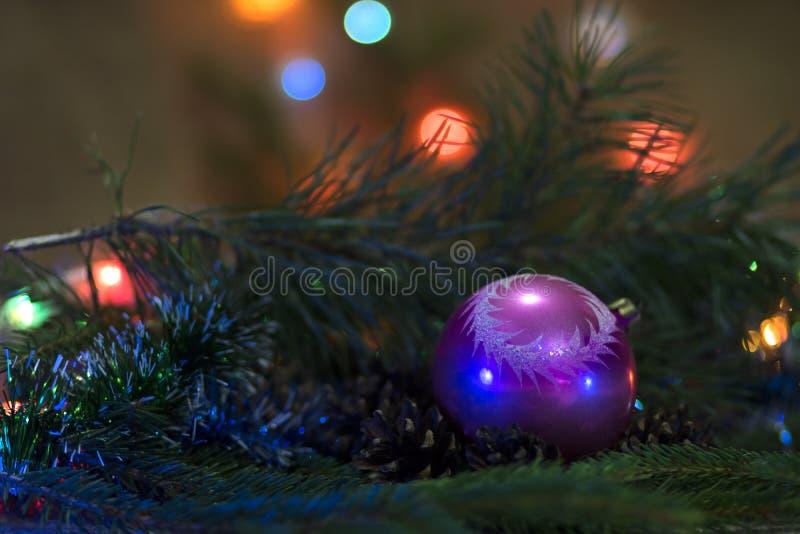 中看不中用的物品蓝色圣诞节构成玻璃 新年` s屈辱 新年` s玩具-装饰的一棵圣诞树一个球与杉木在b分支 库存例证