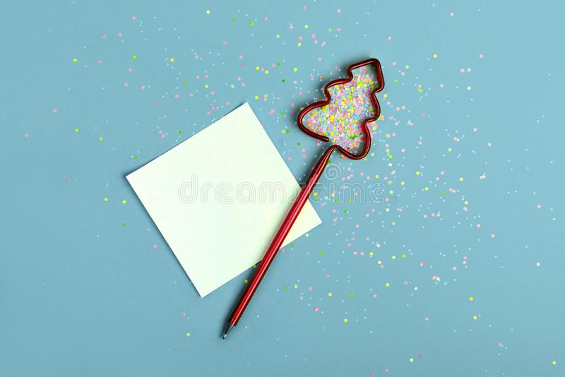 中看不中用的物品蓝色圣诞节构成玻璃 chrismas愿望的笔记 免版税库存照片