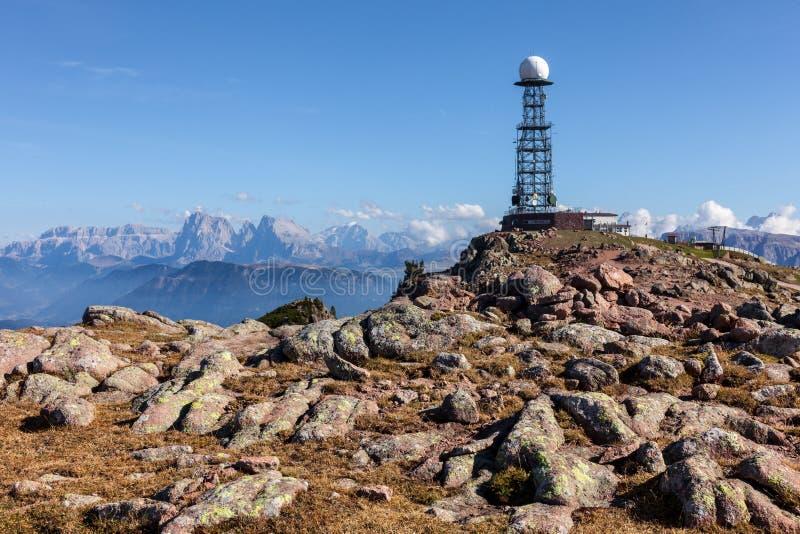 中继器天线在山的背景中 免版税库存图片