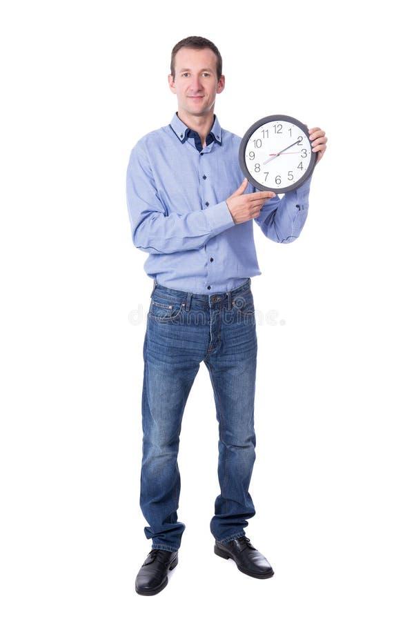 中部与在白色隔绝的办公室时钟的年迈的商人 免版税库存照片