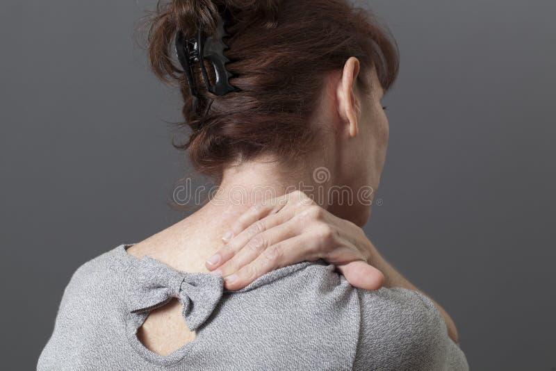 中部变老了充满后面或脖子痛的夫人 图库摄影