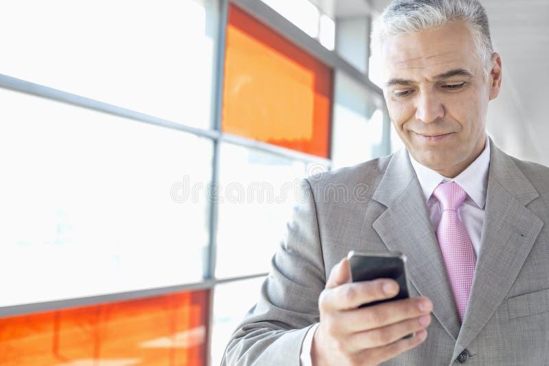 中部变老了商人使用手机在火车站 库存照片