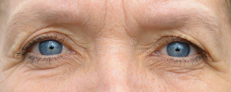 中部变老了在特写镜头的白种人妇女眼睛 库存照片