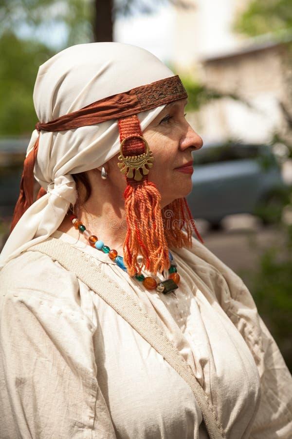 中部变老时代装束-在简单的白色礼服打扮的资深白种人妇女 库存图片
