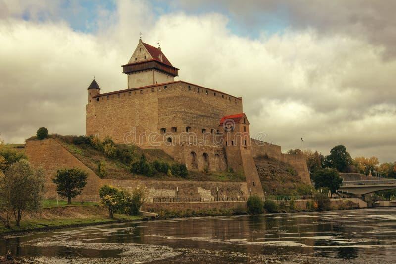 中部在纳尔瓦,爱沙尼亚变老赫尔曼城堡 库存图片
